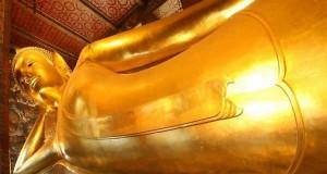 Статуя лежащего будды в монастыре Ват-По